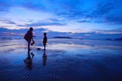 在海滩的蓝色日落 免版税库存图片