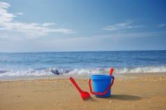 在海滩的蓝色桶 免版税库存照片