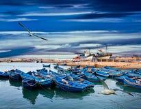 在海洋的蓝色渔船 免版税库存照片