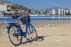 在海滩的蓝色自行车 免版税库存照片