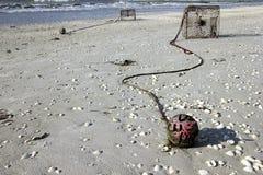 在海滩的螃蟹陷井 免版税库存照片