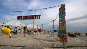 在海滩的街道咖啡馆 库存照片
