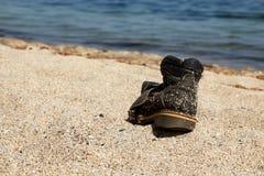 在海滩的被撕毁的起动 库存图片