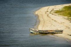 在海滩的被放弃的牡蛎小船 库存照片