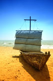 在海滩的被放弃的船 免版税库存图片