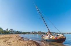 在海滩的被放弃的风船在St安东尼de Portmany,伊维萨岛,巴利阿里群岛,西班牙 库存图片