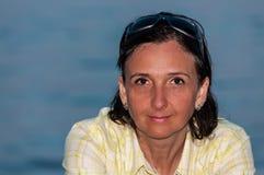 在海滩的被晒黑的妇女画象 免版税库存图片