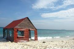 在海滩的被毁坏的小屋 免版税库存图片