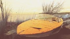 在海滨的被破坏的小船 图库摄影