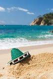 在海滩的西班牙阔边帽 免版税库存图片
