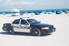 在海滩的警车 免版税库存照片