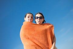 在海滩的讨厌的夫妇 免版税库存图片