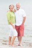 在海滩的资深夫妇 库存图片