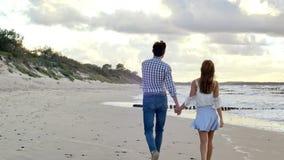 在海滩的走的夫妇