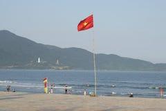 在海滩的越南旗子我们Khe 岘港市,越南 免版税库存图片