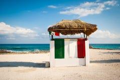 在海滩的路沿在墨西哥 免版税库存照片