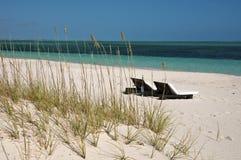 在海滩的躺椅在土耳其人&凯科斯 免版税库存图片