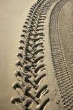 在海滩的轮胎轨道 库存图片