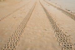 在海滩的轮胎轨道 免版税库存图片