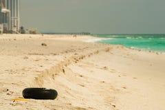 在海滩的轮胎 免版税库存图片