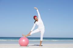 在海滩的运动的资深妇女激活 库存照片