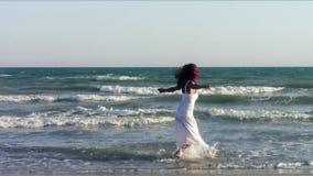 在海滩的适合的妇女跳舞 股票录像