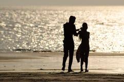 在海滩的逗人喜爱的夫妇 库存照片