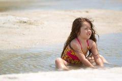 在海滩的逗人喜爱的孩子 免版税库存照片