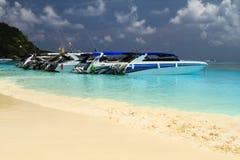在海滩的速度小船 免版税图库摄影