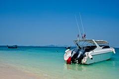 在海滩的速度小船 库存图片