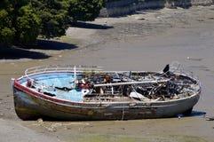 在海滩的遭到海难的小船 免版税库存照片