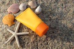 在海滩的遮光剂 免版税库存图片
