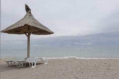 在海滩的遮阳伞在Vama Veche 免版税库存图片
