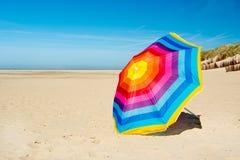 在海滩的遮阳伞 图库摄影