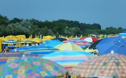 在海滩的遮阳伞 免版税库存照片