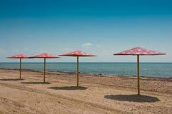 在海滩的遮阳伞 库存照片