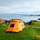 在海洋岸的野营的帐篷 免版税库存照片