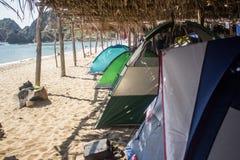 在海滩的野营的帐篷 免版税库存照片
