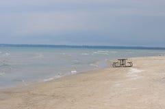 在海滩的野餐桌 图库摄影