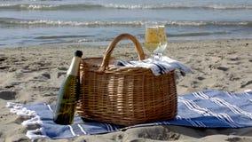在海滩的野餐篮子 免版税库存图片