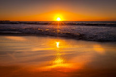 在海滩的金黄小时 图库摄影