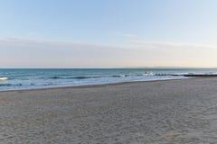 在海滩的金黄日落光在欧洲 免版税库存照片