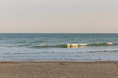 在海滩的金黄日落光在欧洲 图库摄影