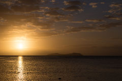 在海洋的金黄日落 斐济 库存照片