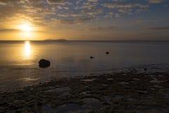 在海洋的金黄日落 斐济 免版税库存照片
