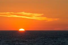 在海洋的金黄日落 库存照片