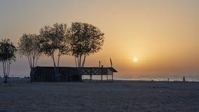 在海滩的金黄日落 库存照片