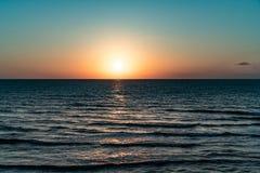 在海滩的金黄晚上 图库摄影
