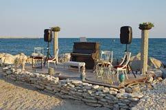 在海滩的钢琴 免版税库存照片