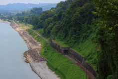 在海滨的铁路在巴统附近 免版税图库摄影